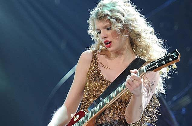 Taylor Swift Covers Bon Jovi S Livin On A Prayer