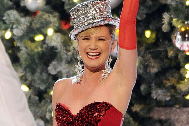Sugarland's Jennifer Nettles Opens 'CMA Country Christmas' With ...