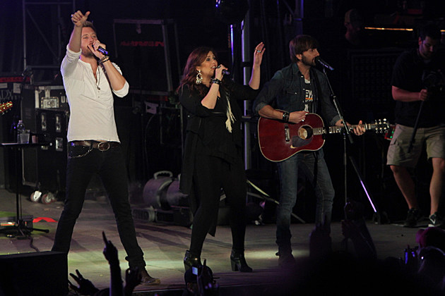 Lady antebellum perform last set before hillary scott for Lady antebellum miscarriage how far along