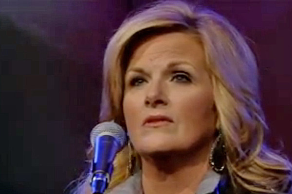 trisha yearwood joined by sister to sing song for late mom