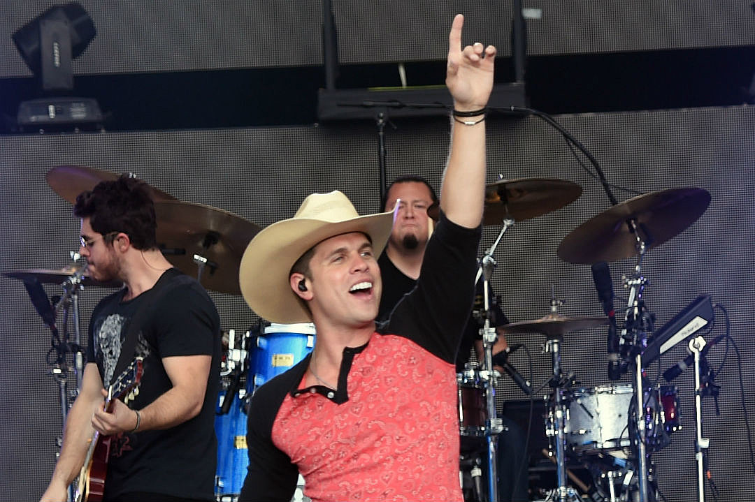 Dustin lynch talks family plans superpowers and touring with luke