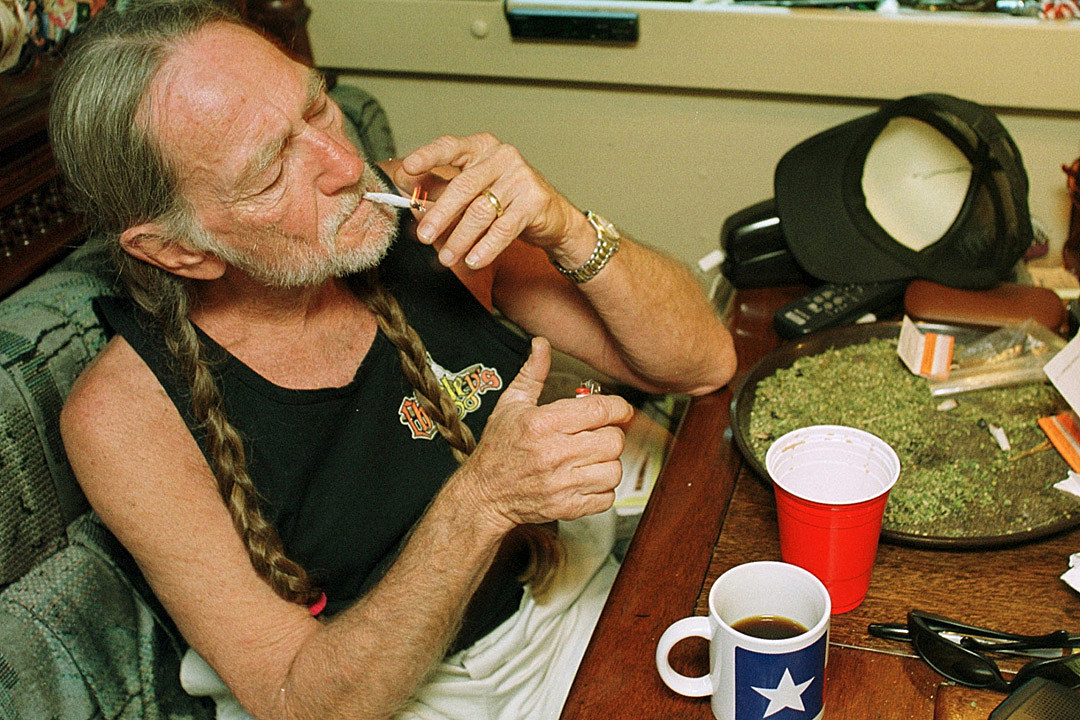 Willie Nelson Shows Off His Christmas Gift From Snoop Dogg