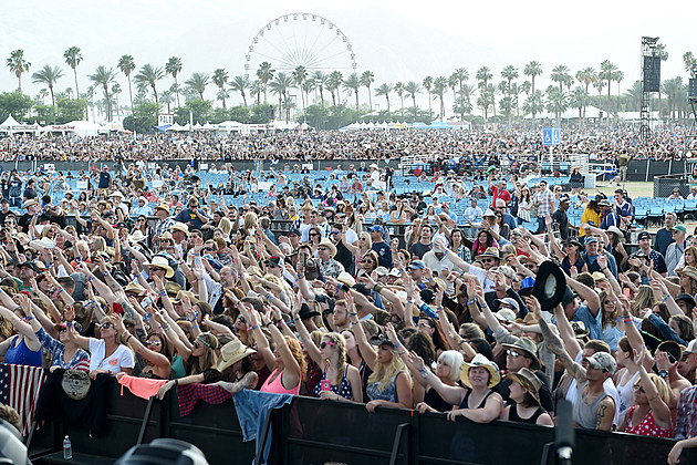 country-festival-crowd