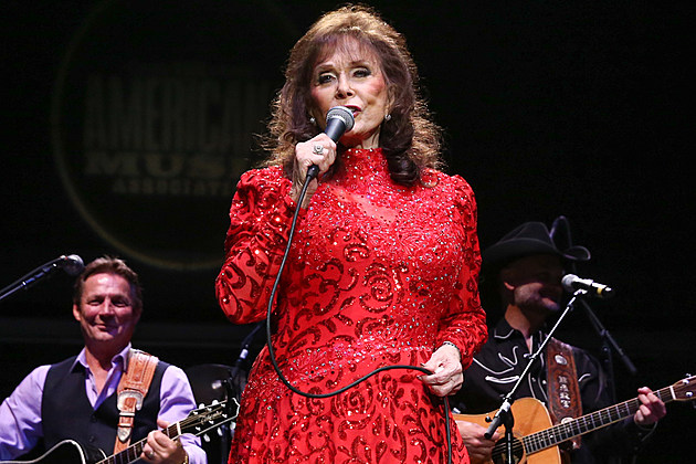 loretta-lynn-cma-country-christmas-taping