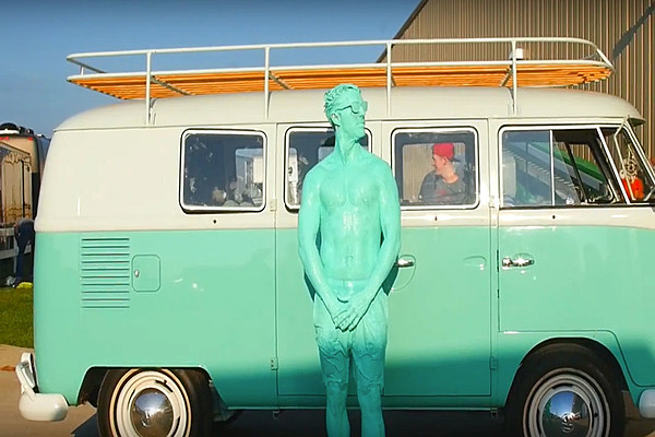 Jake Owen Goes Green In Hilarious Seafoam Green Video