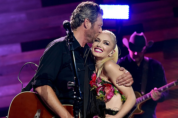 Gwen stefani has learned a lot about country music from blake for Blake shelton cma awards 2017 performance