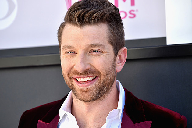 brett-eldredge-performing-miss-usa