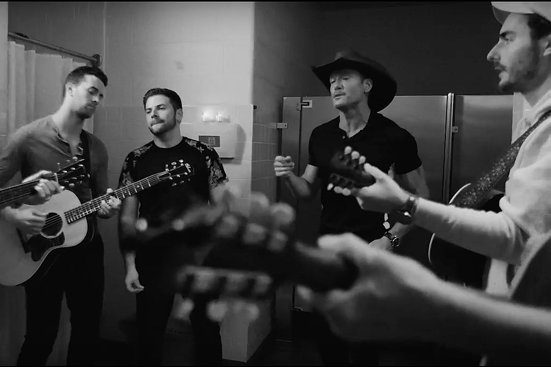 Tim McGraw Sings Smooth Leo Sayer Cover With the Shadowboxers [Watch]