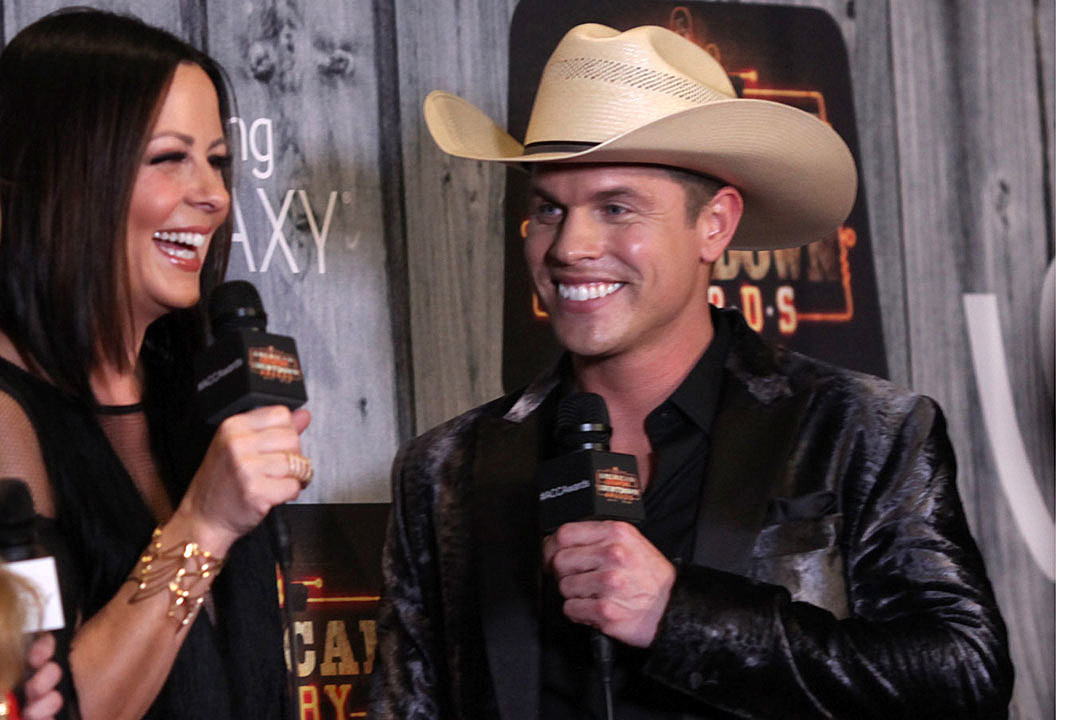 Dustin lynch helps firefighter propose to his girlfriend onstage m4hsunfo