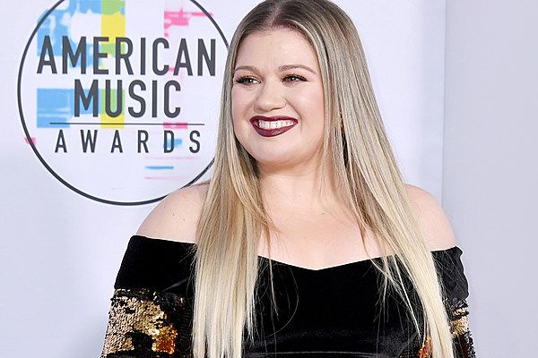 See Pictures Of Kelly Clarkson And Her Daughters At The 2017 AMAs