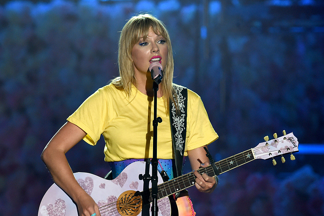 Taylor Swift Resisted Talking Politics Because of What Happened to the Dixie Chicks